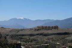 Oberhalb der Stadt reicht der Blick bis auf schneebedeckte Berge