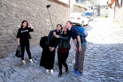 Leo posiert für das Selfie einer Gruppe Studentinnen