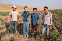 Der Feldbesitzer und seine Kollegen sind interessiert und schenken Leo eine Baumwollpflanze