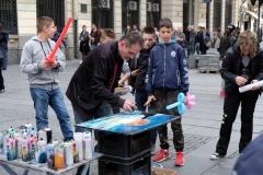 Ein Straßenkünstler verdient Geld in Belgrads Fußgängerzone