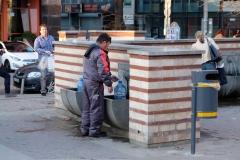 Viele Menschen machen davon Gebrauch und füllen sich Wasser für zu Hause ab.