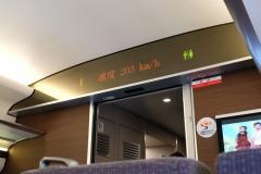 Der Schnellzug nach Turpan kommt in Fahrt und rast mit über 200 km/h übers Land