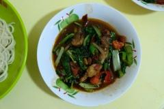 Die aus Gemüse, Hammelfleisch und Gewürzen bestehende Soße wir vor dem Essen über die Nudeln gekippt