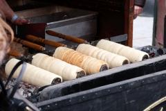 Lokale Spezialität: Baumkuchen! Die Schlange der Käufer ist gut 200 Meter lang!