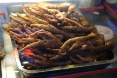 Bestätigen eines unserer Klischees: frittierte Hühnerfüße auf einem Markt