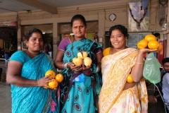 Am Busbahnhof werden Orangen und Granatäpfel als Proviant für die Reisenden verkauft