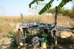 Das Koch- und Essgeschirr lagert unter freiem Himmel und wird nach Benutzung mit einer aus einer Nuss gewonnenen Seifenlösung abgespült
