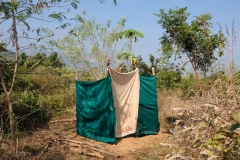 Da es auf der Farm Abwassersystem gibt, hat Krish eine Komposttoilette installiert