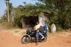 Auf einem Motorrad lässt sich in Indien so allerhand transportieren. Im Hintergrund sieht man die Bushaltestelle, die immerhin ein wenig Schatten spendet.