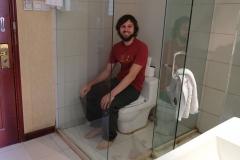 Der Sichtschutz unserer Toilette ist nicht gerade blickdicht. Wer im Glashaus sitzt... :-)