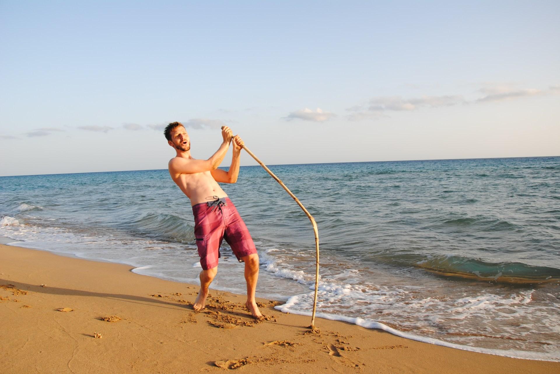 Sebastian miemt einen Stabhochspringer am Strand
