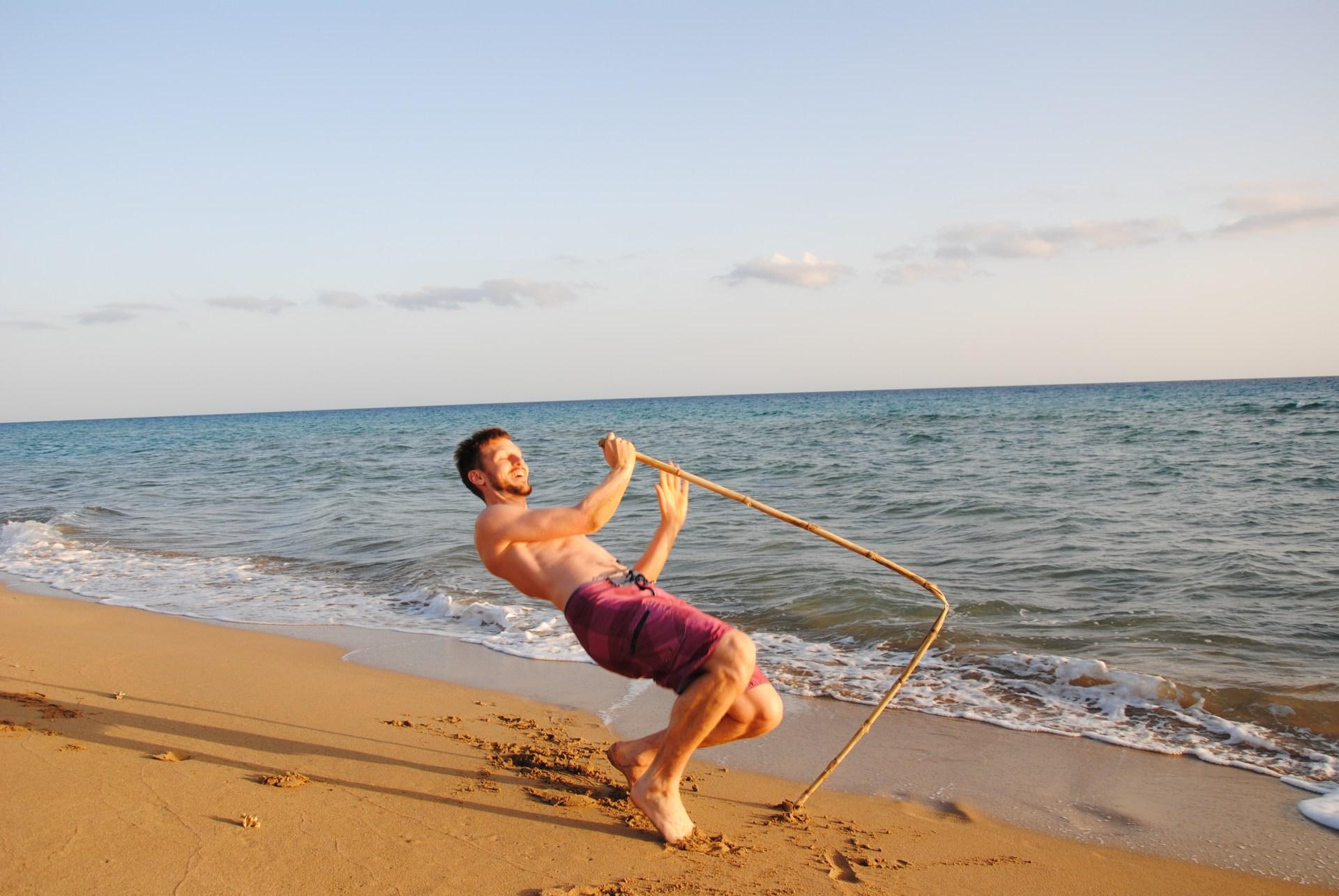 Sebastian fällt auf den Strand, da der Stock gebrochen ist