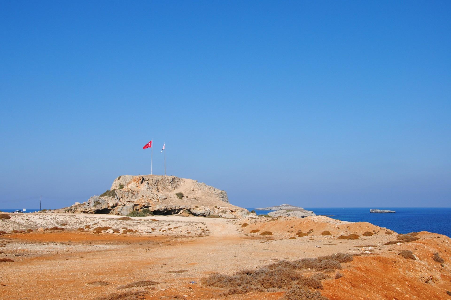 Ein Steinhaufen mit einer Türkeiflagge