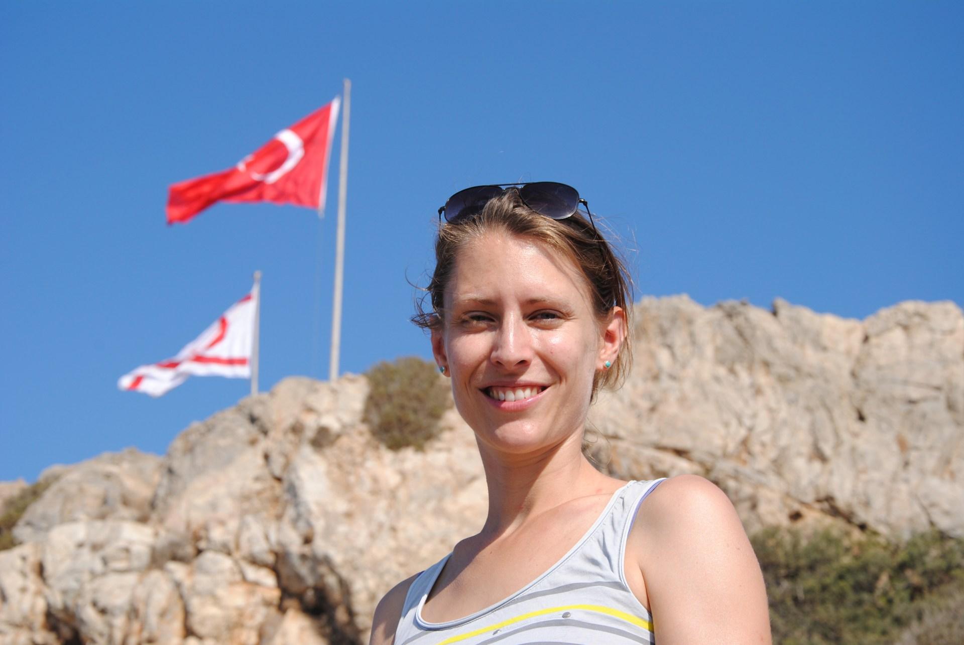 Leo vor einer türkischen Flagge