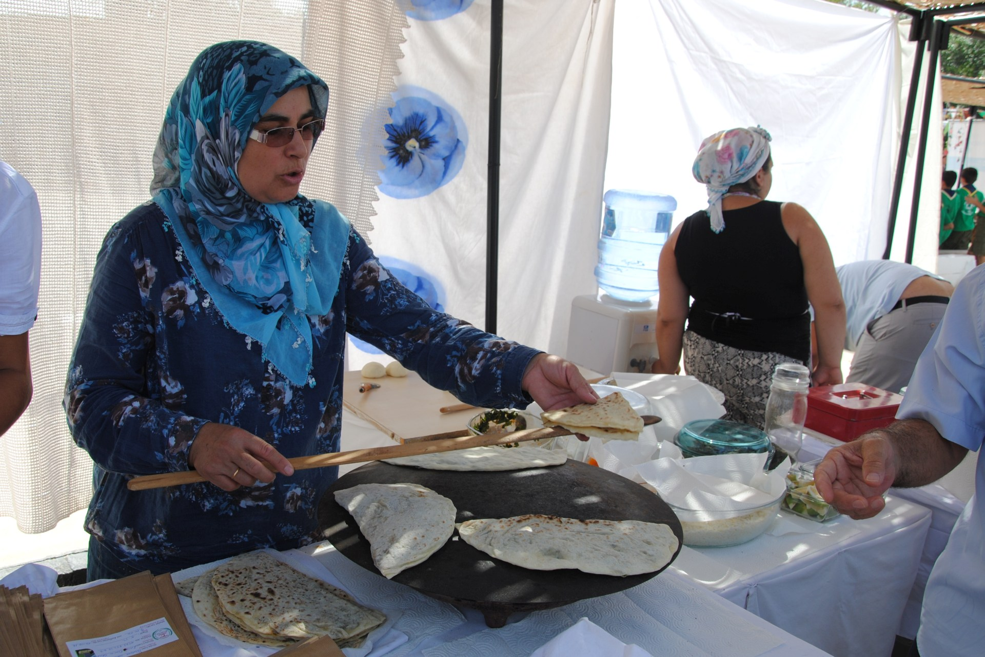 Eine türkische Frau backt Teigtaschen