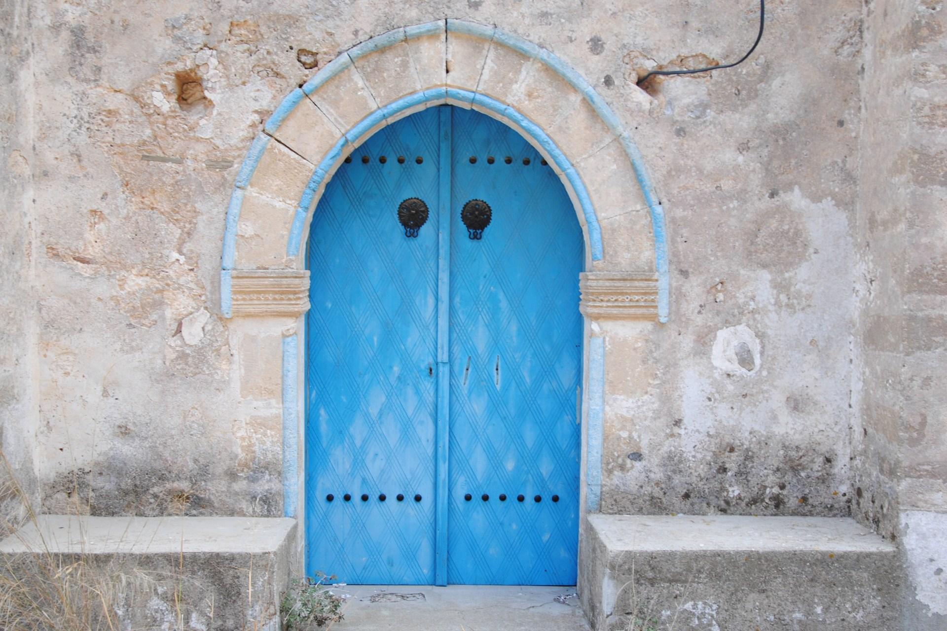 Eine himmelblaue Eingangstüre
