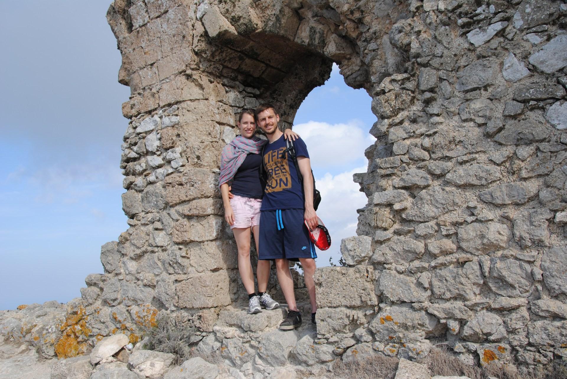 Leo und Sebastian stehen in einer verfallenen Mauer