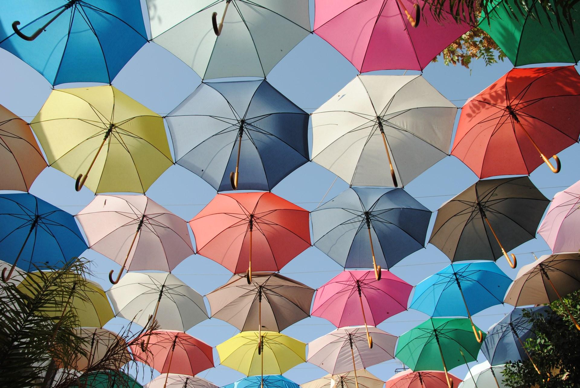Viele Regenschirm, die in der Luft hängen