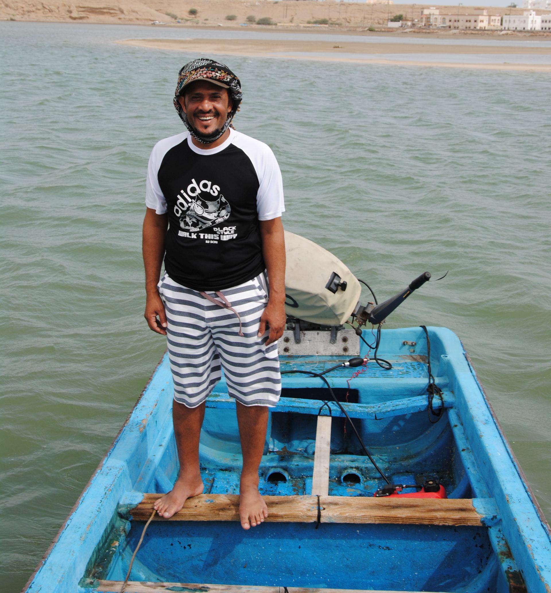 Mubarak steht in einem Boot auf dem Wasser