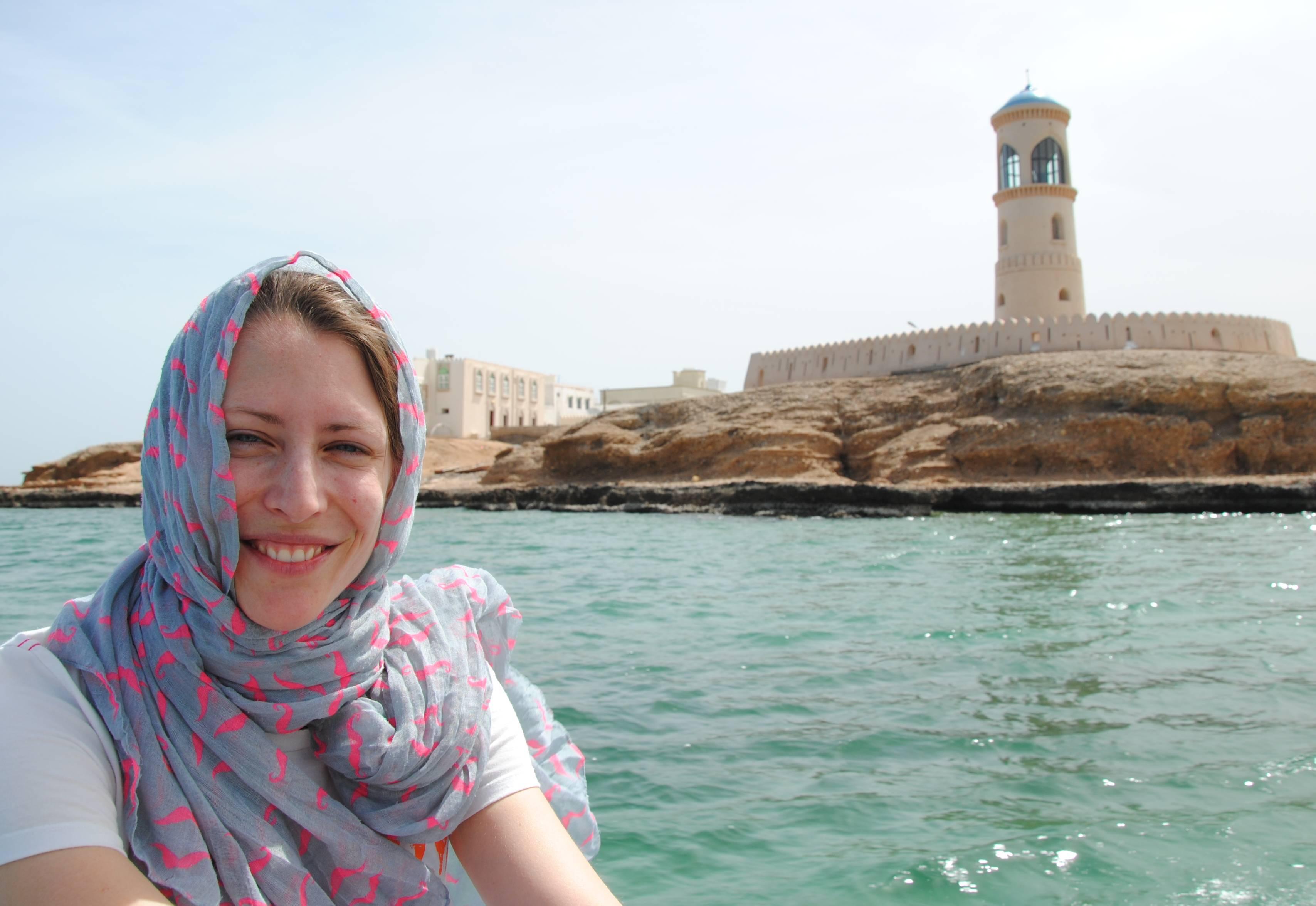 Leo vor dem Meer und einem Turm