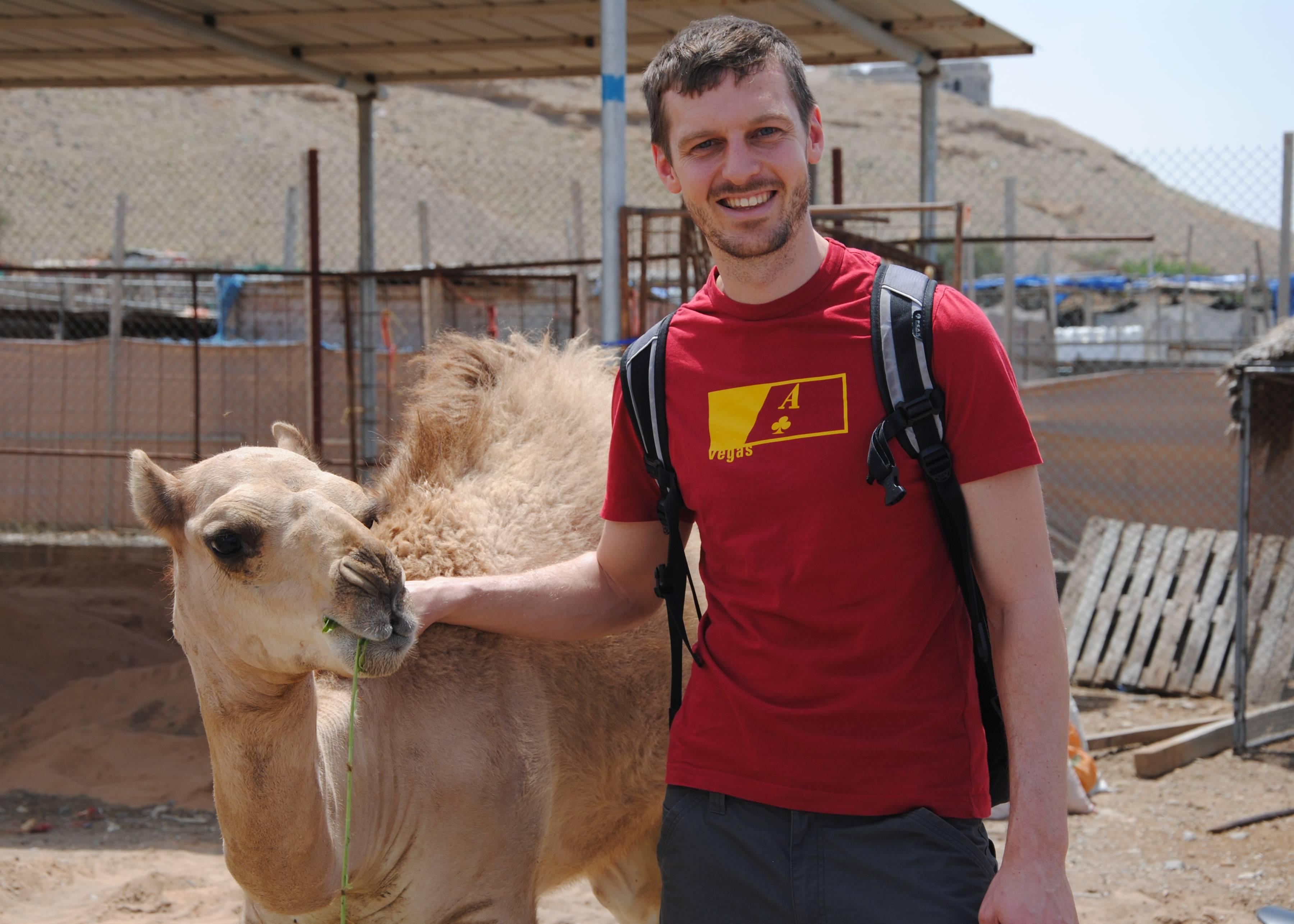 Sebastian neben einem jungen Kamel