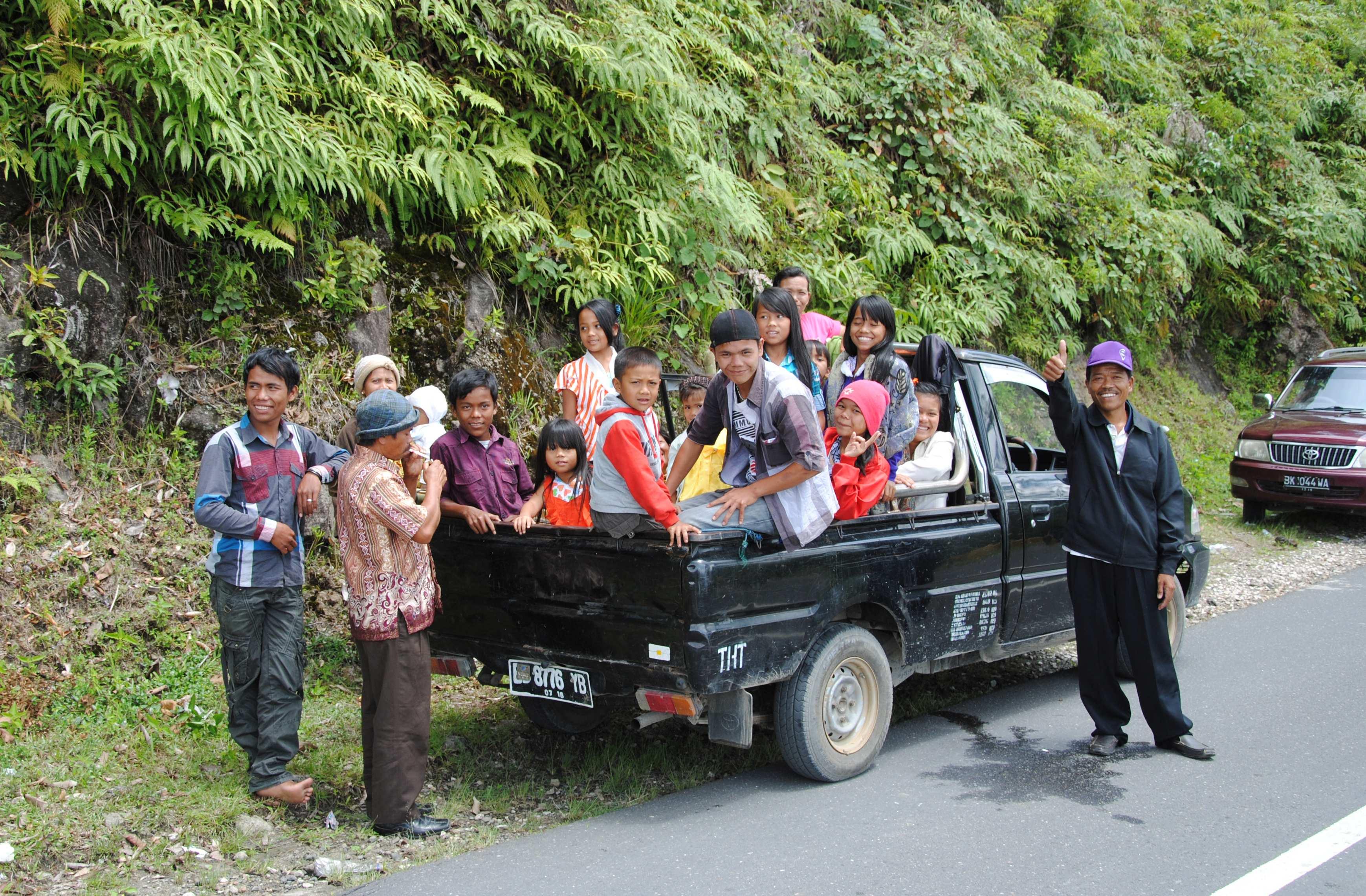 Ein Pickup mit vielen Kindern auf der Ladefläche