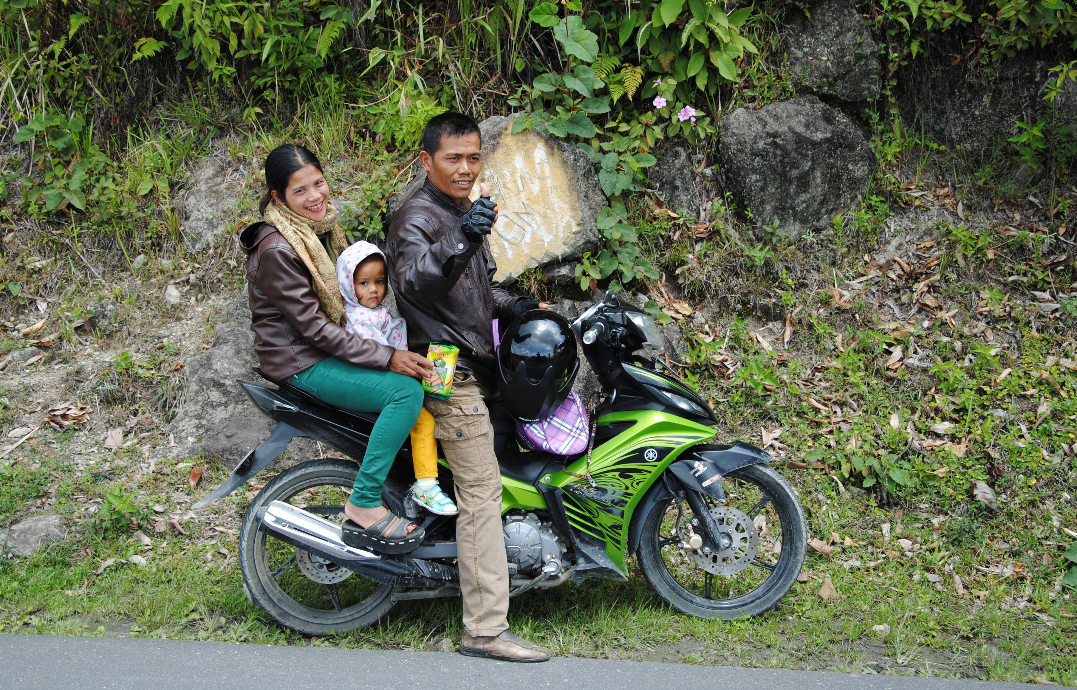 Eine Familie auf einem Motorrad