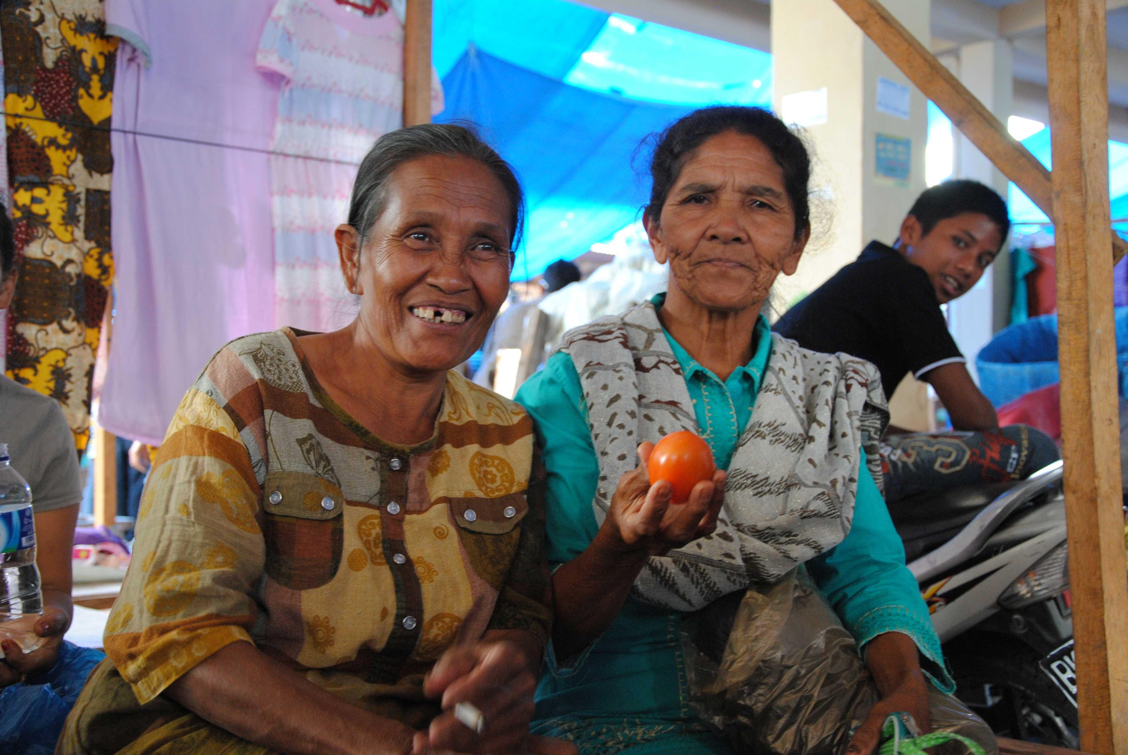 Zwei indonesische Frauen mit einer Kaki in der Hand
