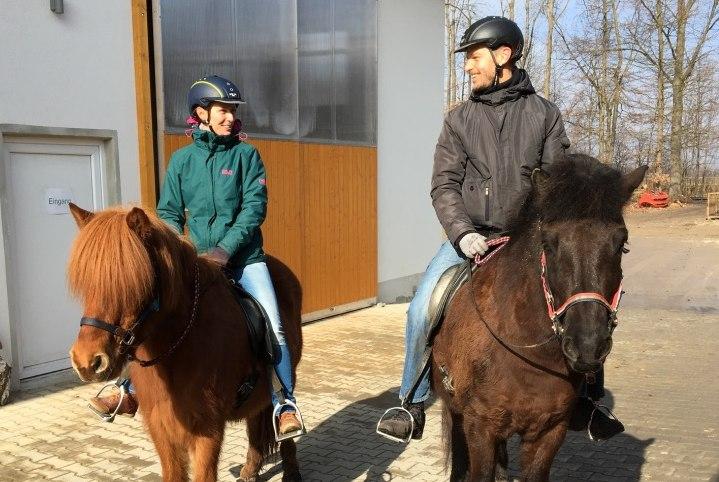 Leo und Sebastian sitzen auf Pferden