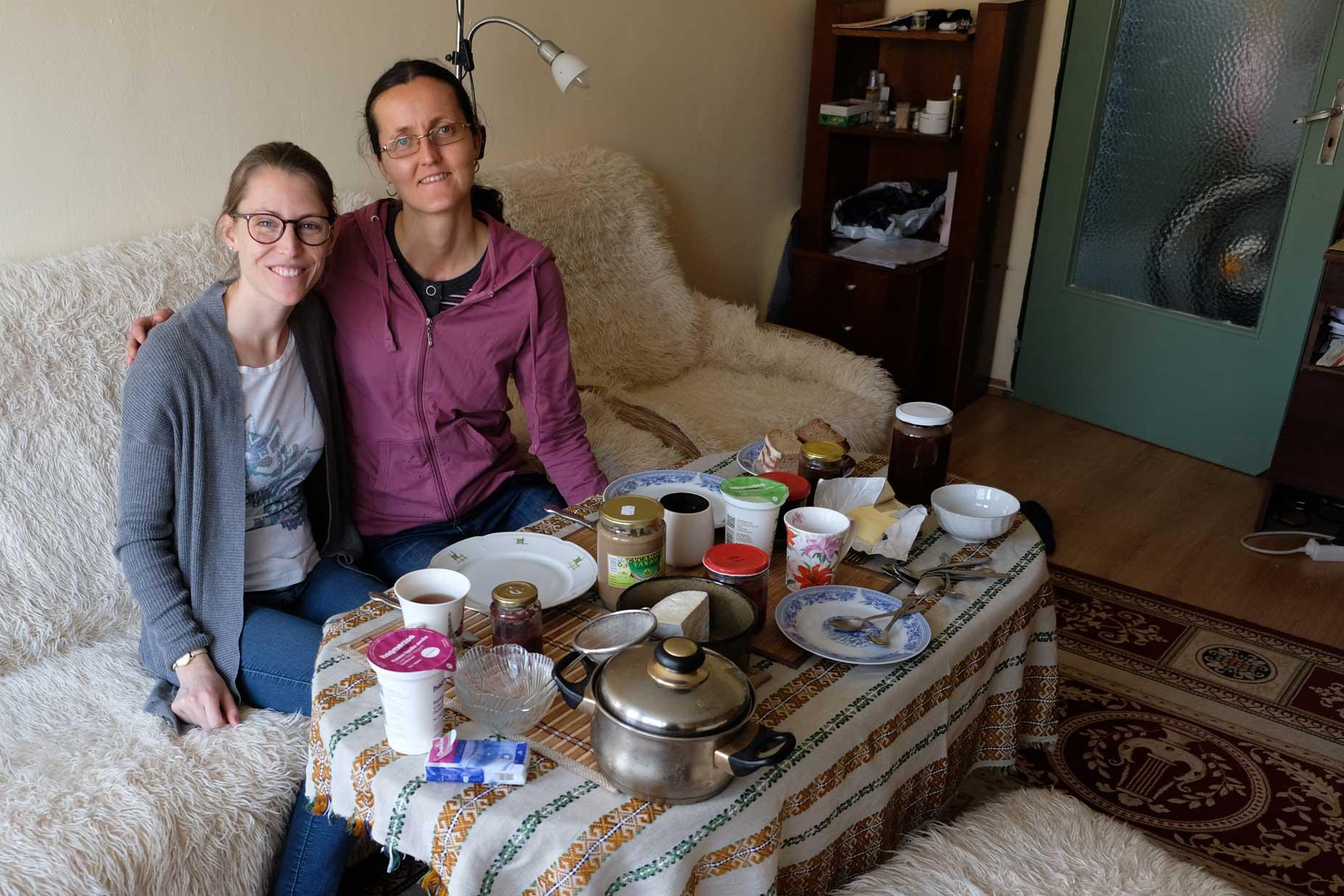 Leo und Hristina sitzen am Frühstückstisch
