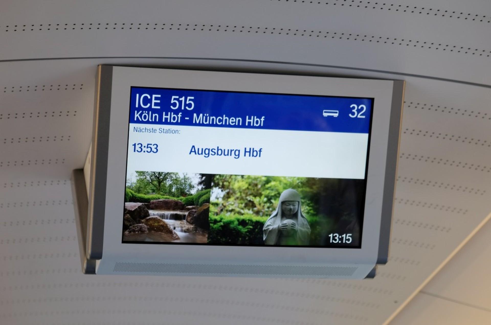 """Anzeigetafel im ICE Zug mit der Aufschrift """"Augsburg Hauptbahnhof"""""""