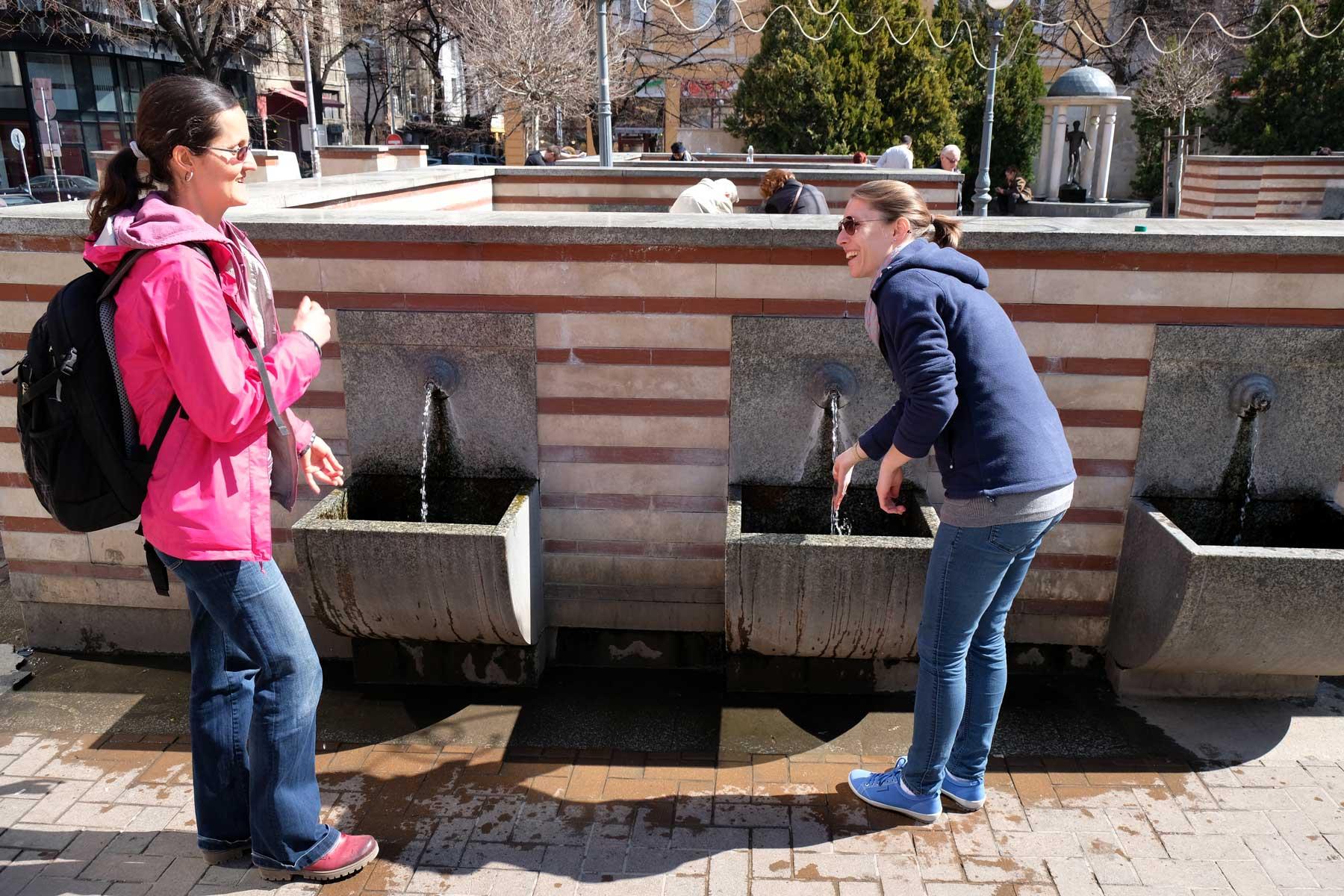Hristina und Leo an einem Wasserhahn