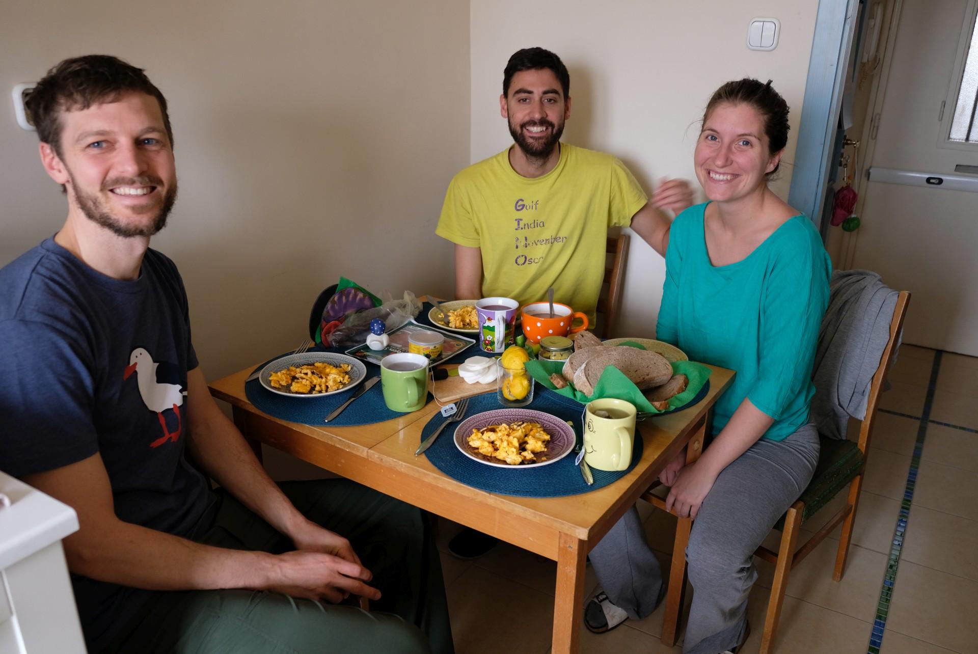 Sebastian sitzt mit Dorka und Lali am Frühstückstisch