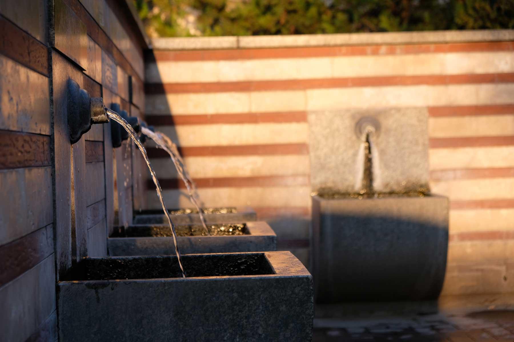Wassersträhle aus einem Brunnen