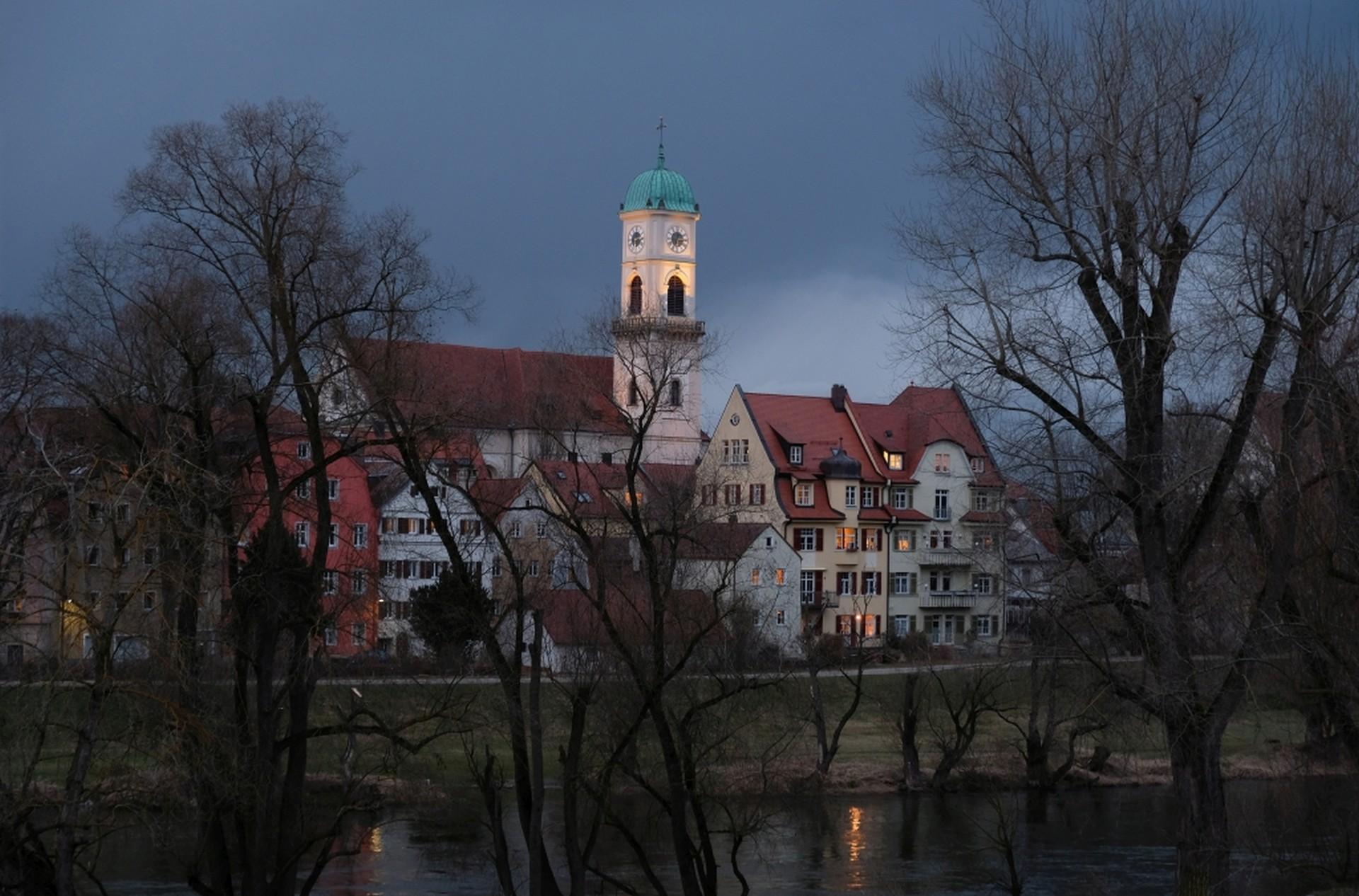 Eine Kirche im Abendlicht