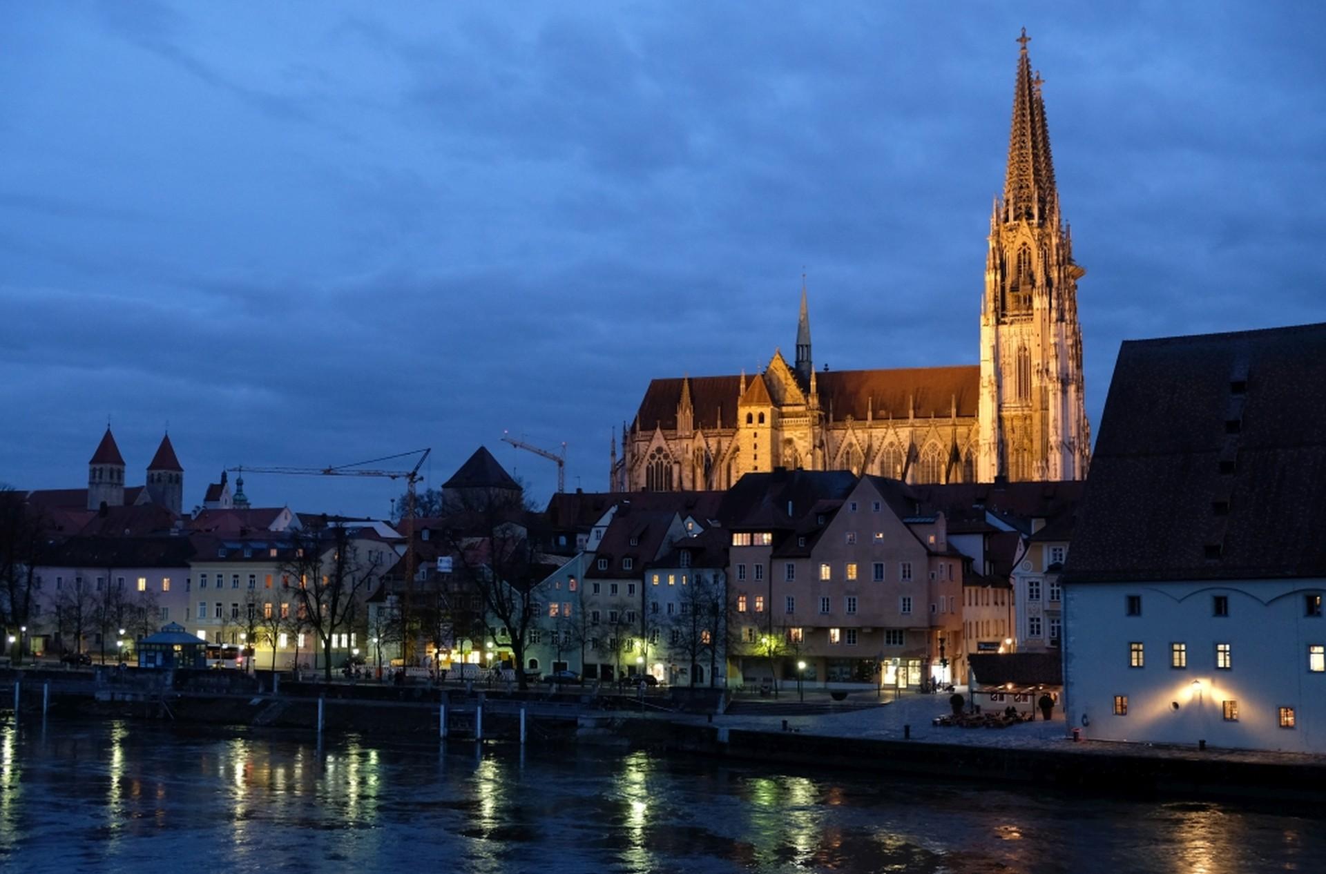 Der Regensburger Dom im Abendlicht