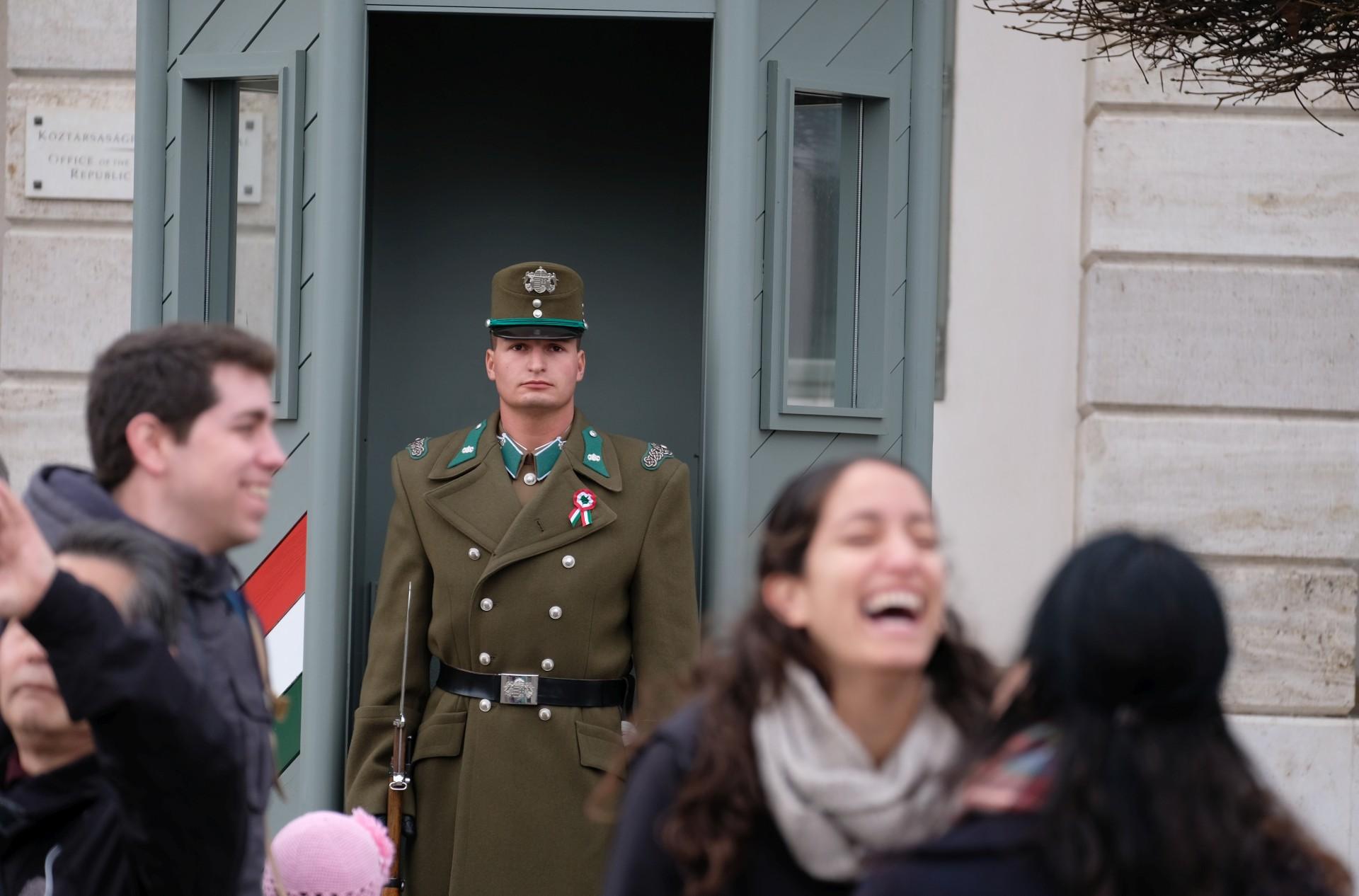 Ein Wachmann in Uniform und Passanten