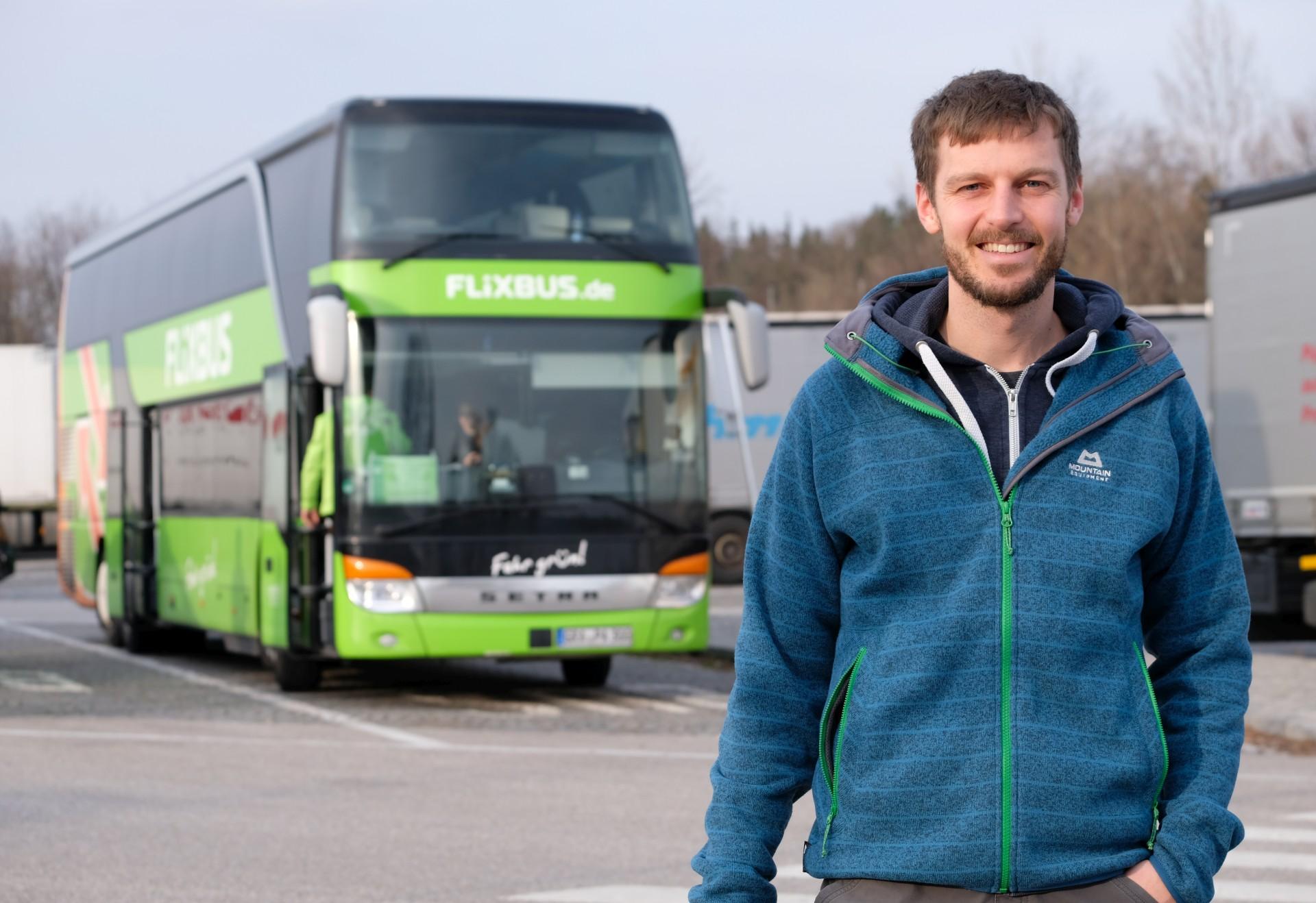 Sebastian steht vor einem Fernbus