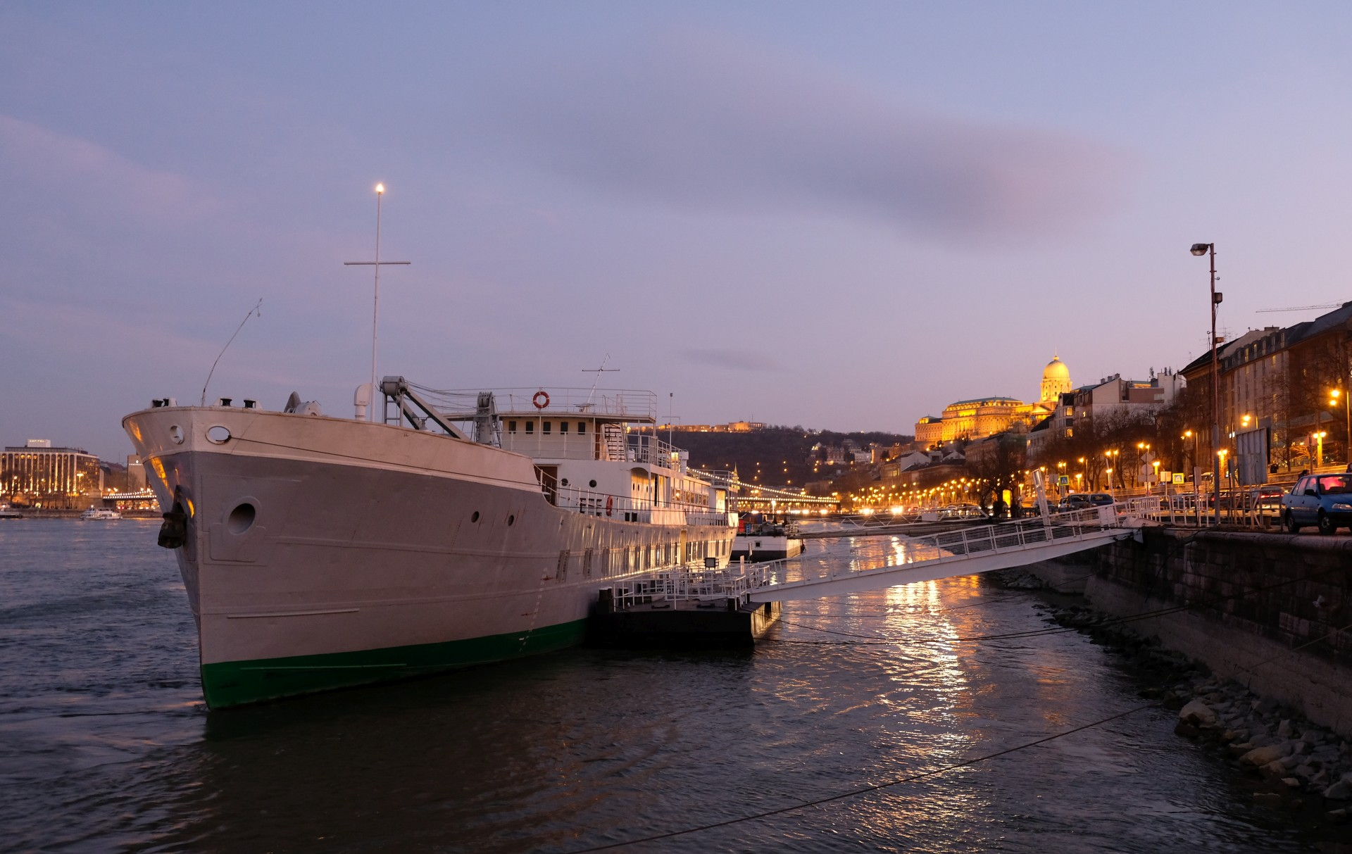 Ein Schiff am Donauufer