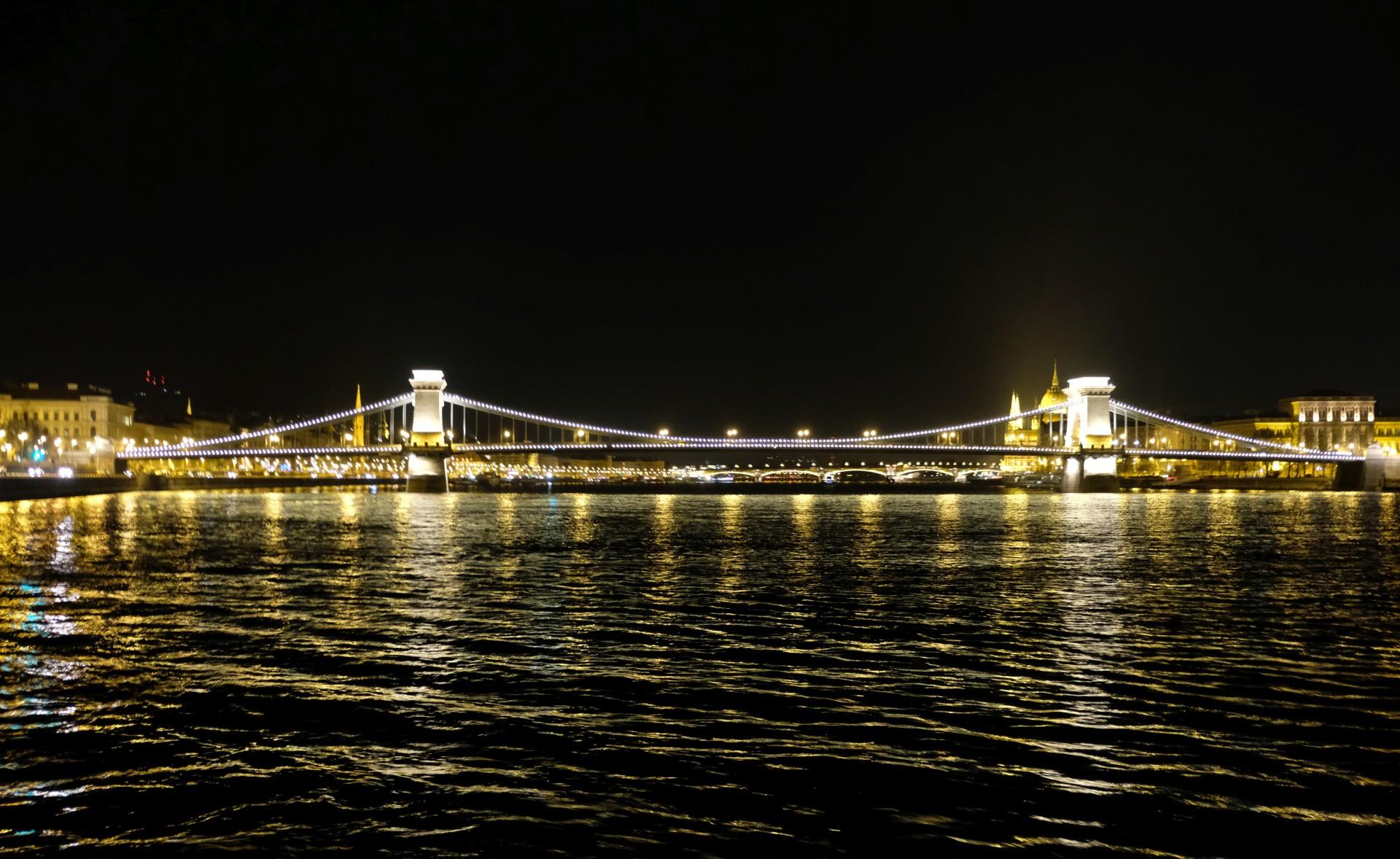 Eine beleuchtete Brücke auf der Donau