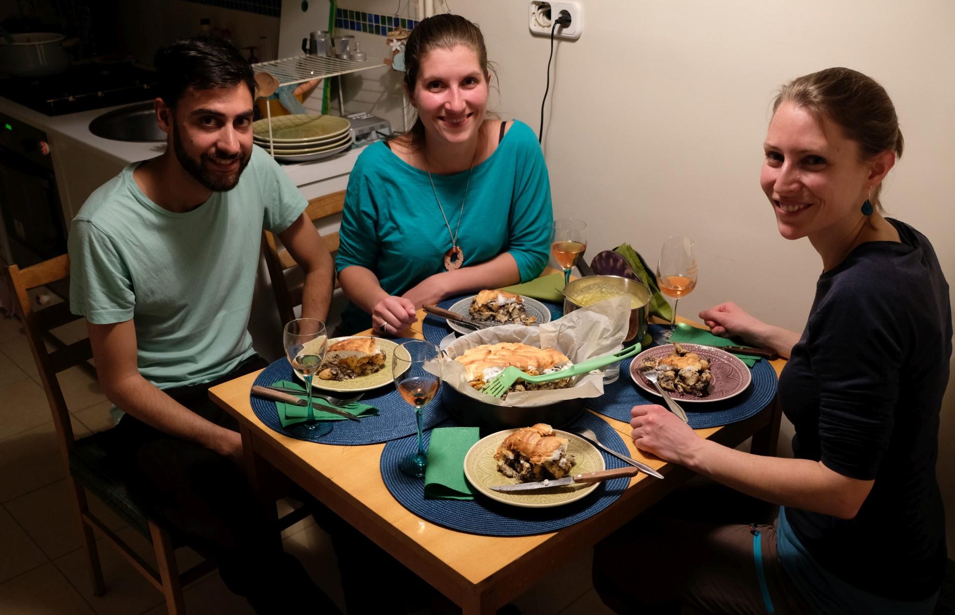 Lali, Dorka und Leo sitzen an einem gedeckten Tisch