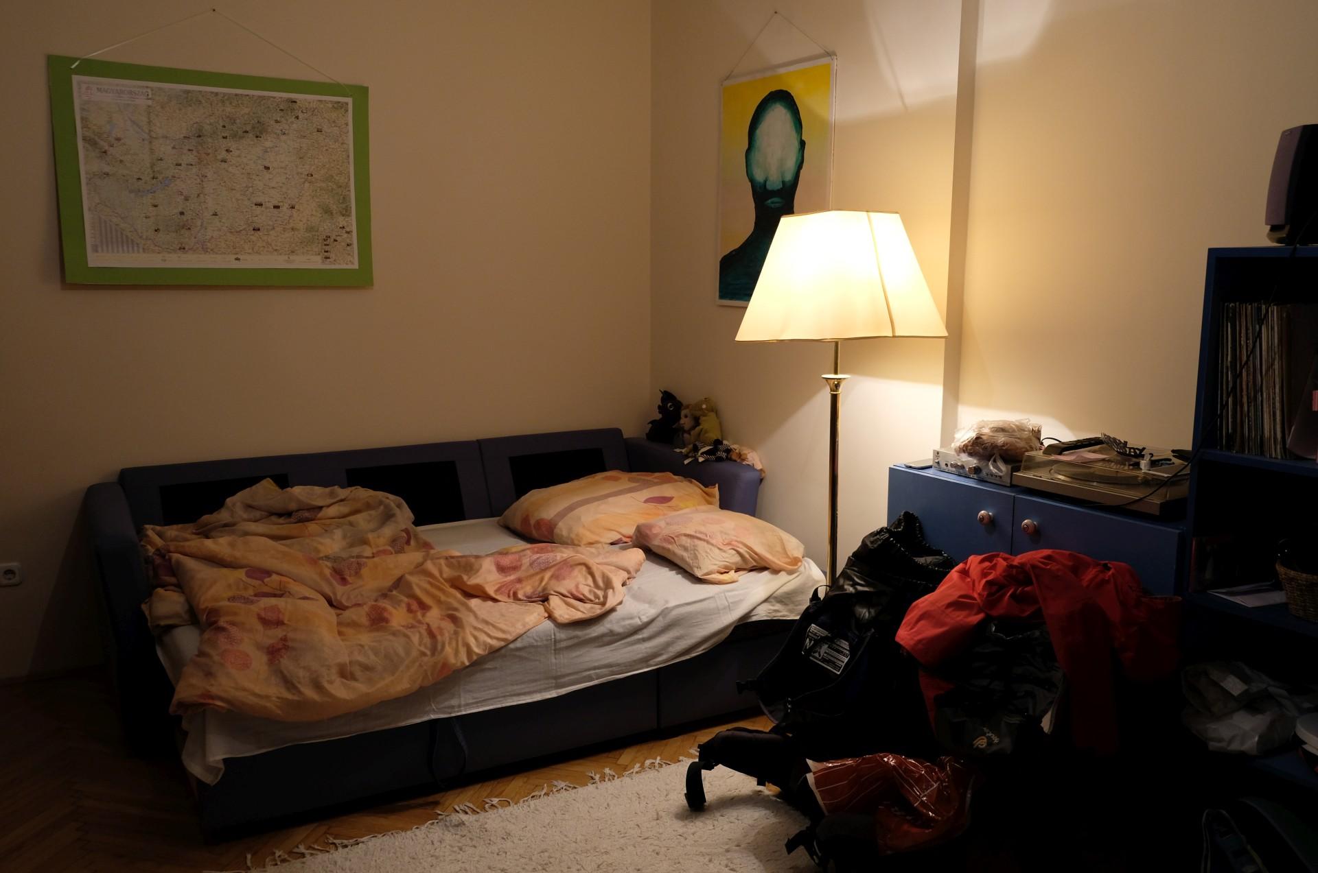 Eine Schlafcouch im Wohnzimmer
