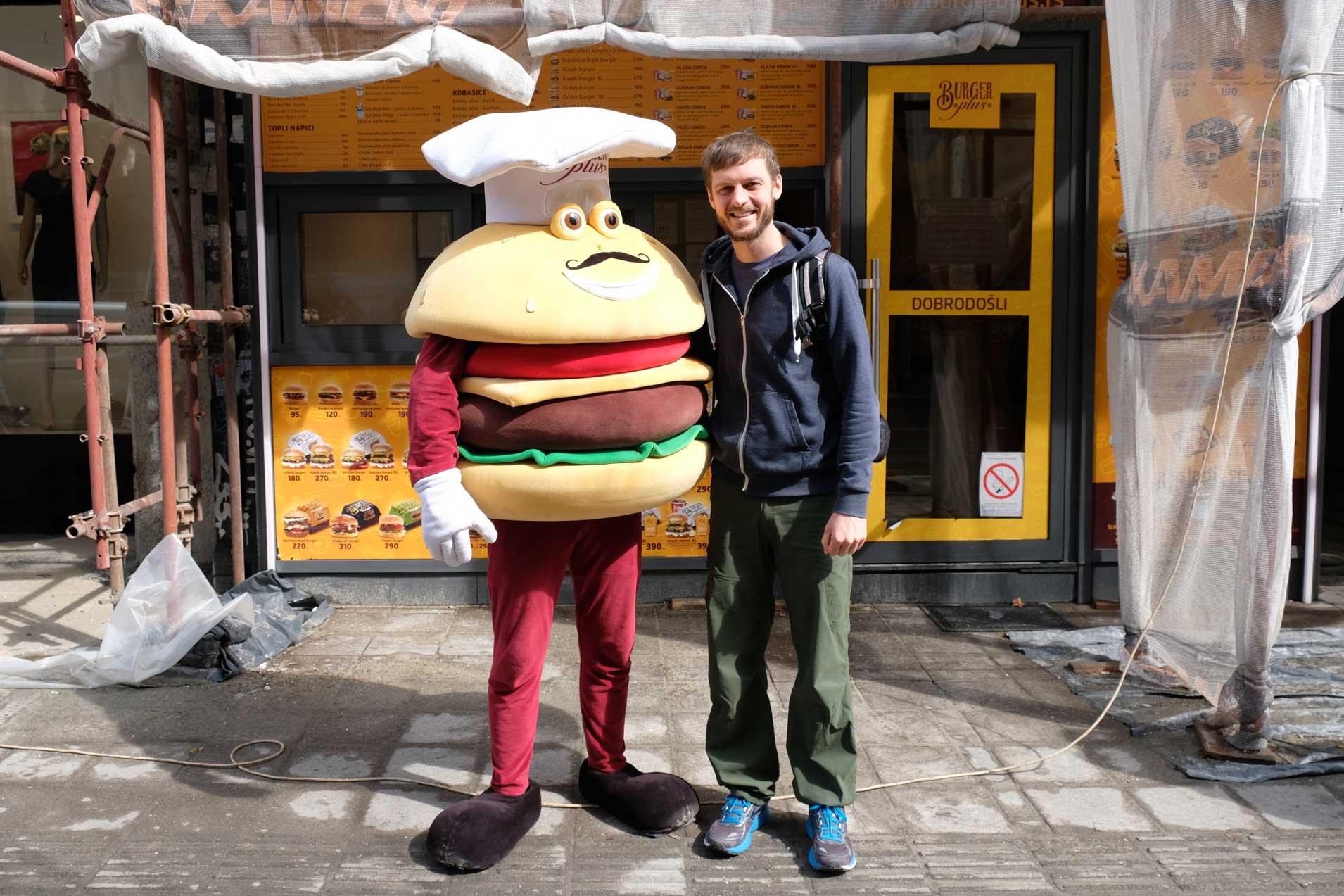 Sebastian neben einem Mann, der als Hamburger verkleidet ist