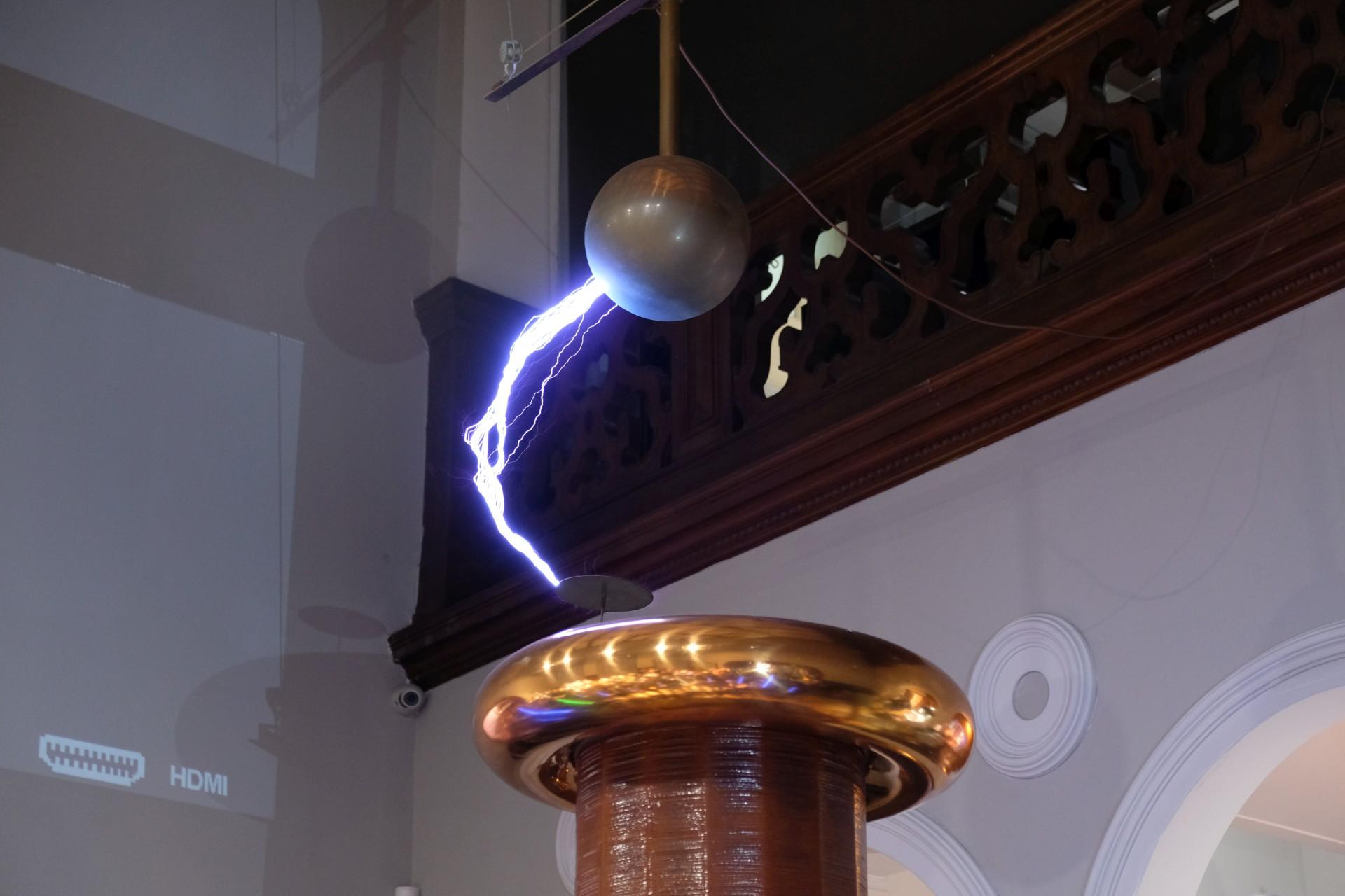 Ein Blitz schlägt in eine elektrische Spule ein