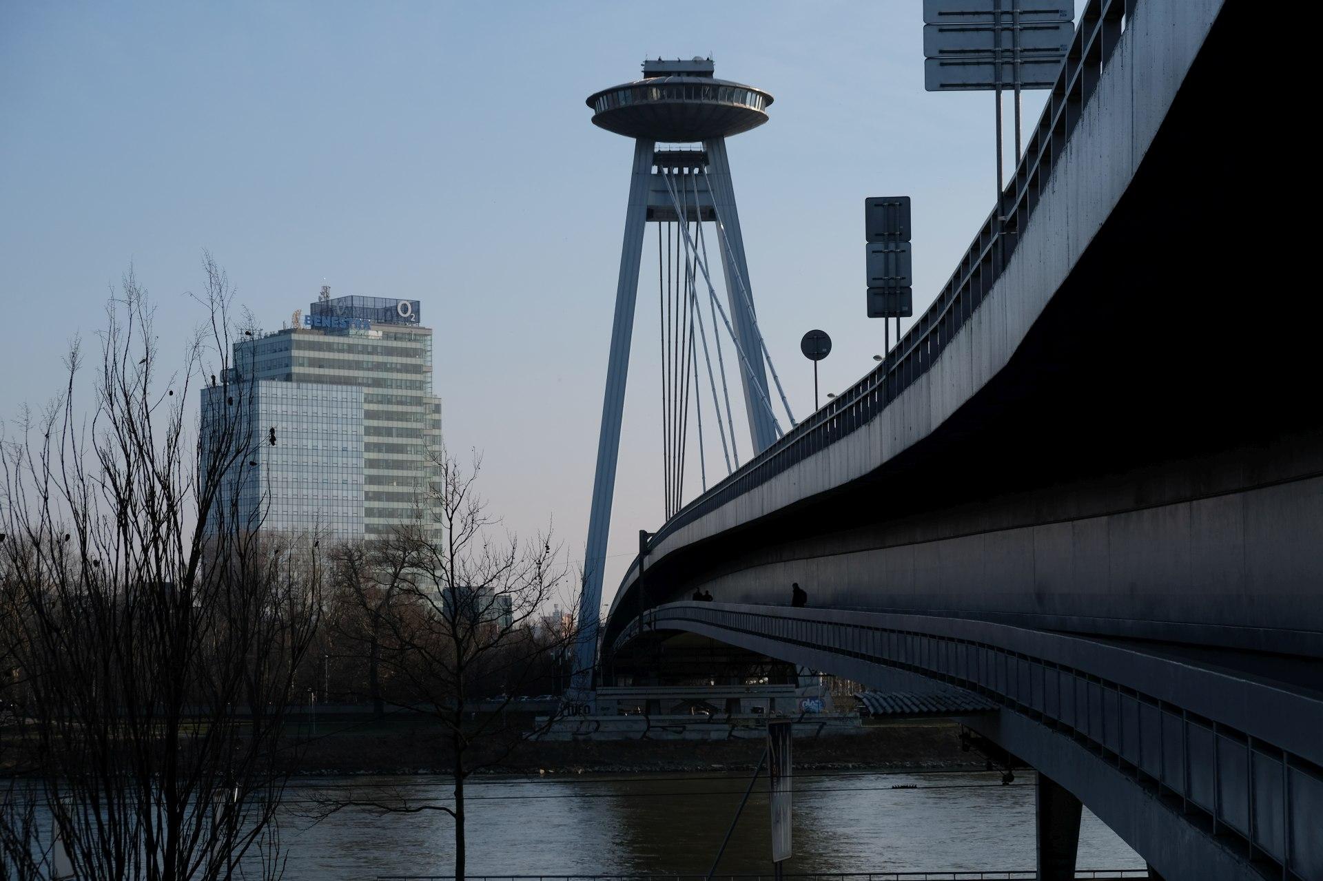 Ufo-Restaurant auf einer Donaubrücke