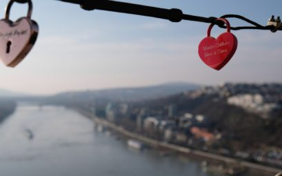 Zwei Schlösser in Herzform, im Hintergund die Donau