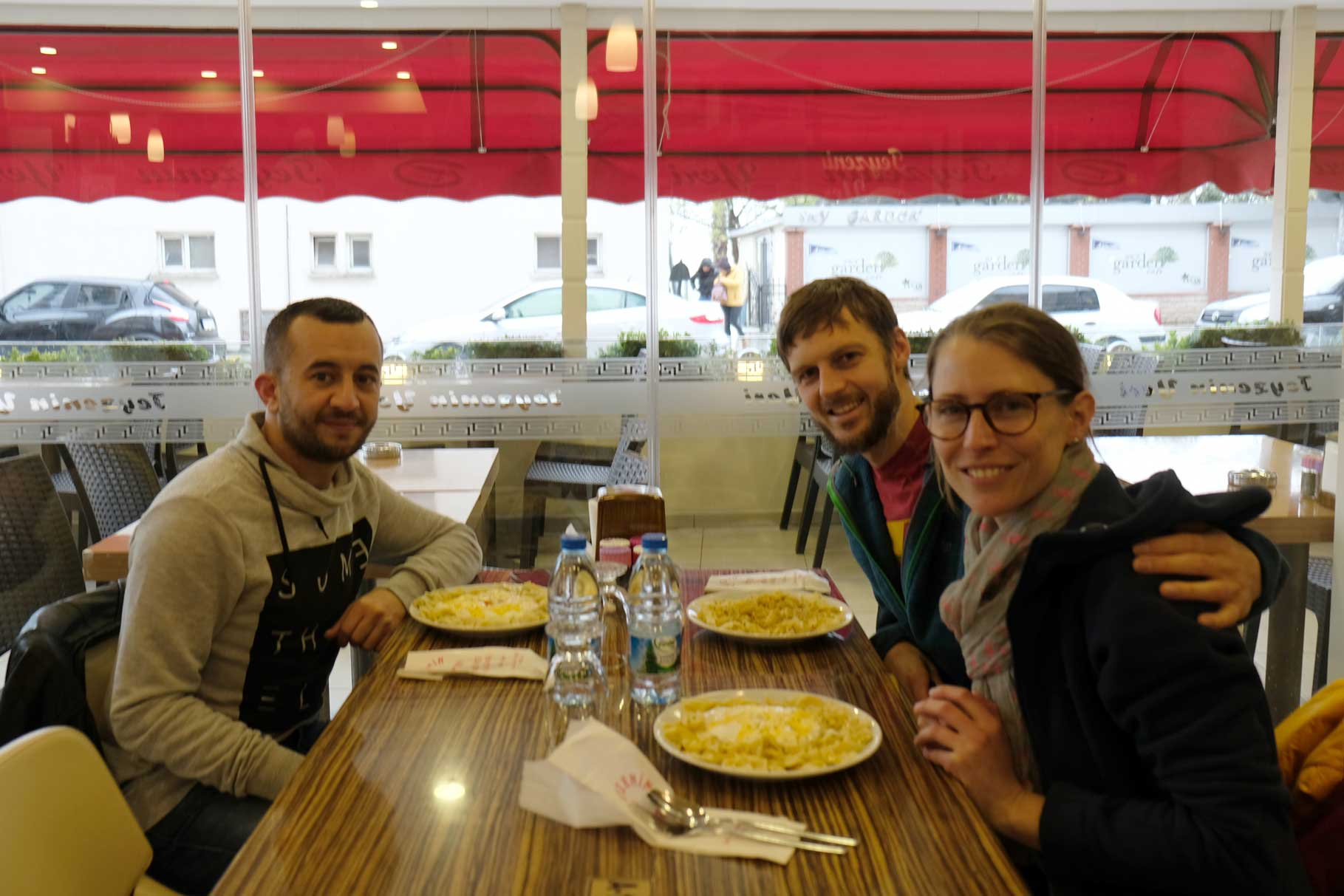 Fatih, Sebastian und Leo essen Manti