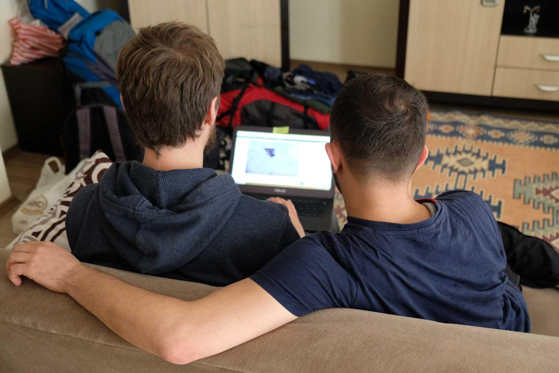 Sebastian und Fatih am Laptop
