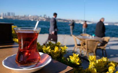 Ein Glas türkischer Tee vor dem Bosporus