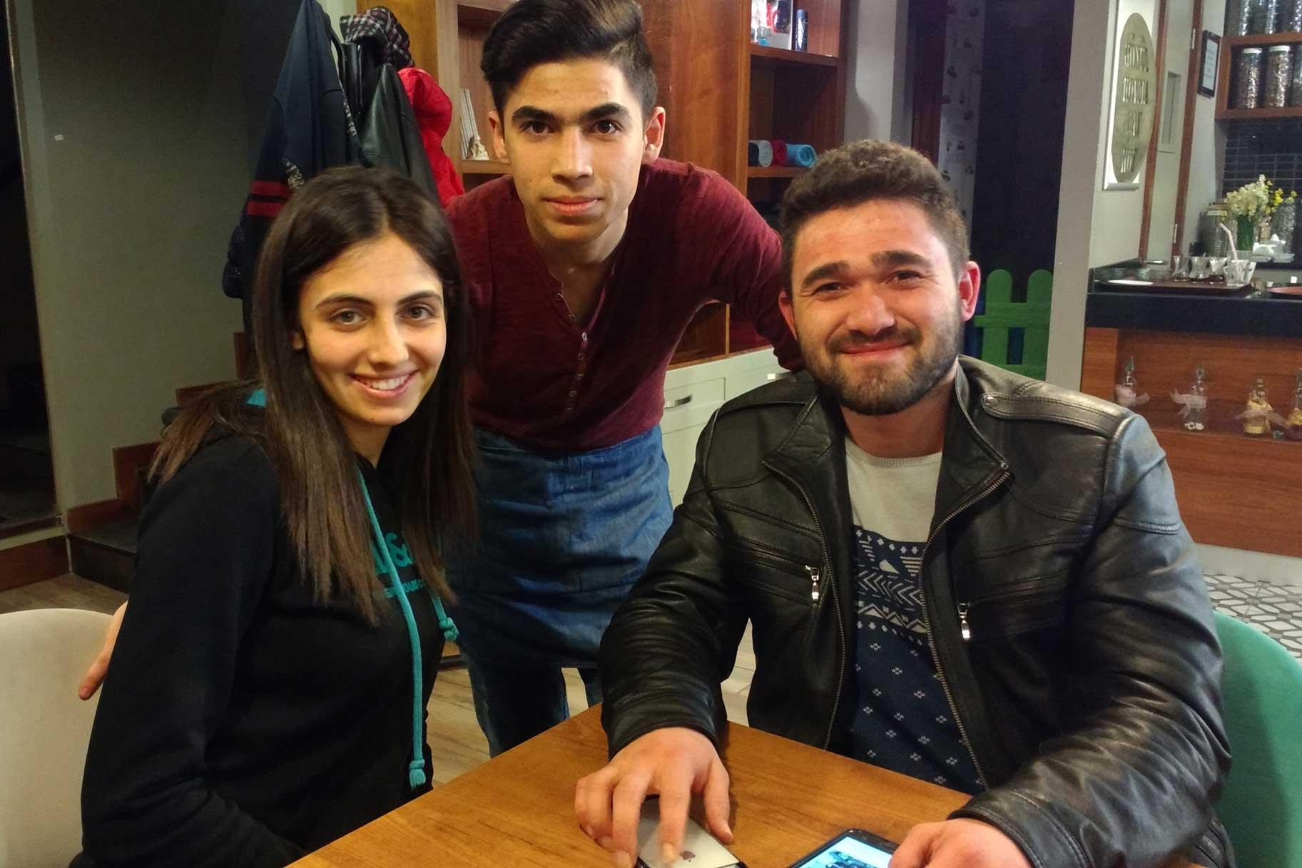 Drei türkische Studenten an einem Tisch